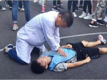 一名大一男生在参加篮球比赛时,突然倒地不省人事,经过抢救无效不幸图片